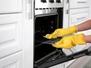 Tipy a triky, ako vyčistiť rúru od mastnoty a nečistôt