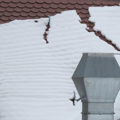 Zosuv snehu dokáže nepríjemne zaskočiť chodcov aj motoristov